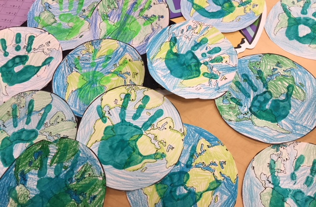 hand prints on paper plates